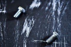 说谎在一张木桌上的修理的坚果 铁坚果和螺丝f 库存照片