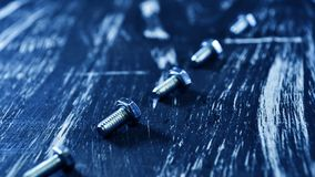说谎在一张木桌上的修理的坚果 铁坚果和螺丝f 库存图片