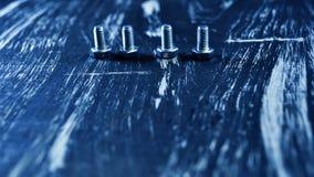 说谎在一张木桌上的修理的坚果 铁坚果和螺丝f 免版税图库摄影