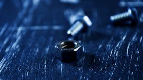 说谎在一张木桌上的修理的坚果 铁坚果和螺丝f 图库摄影