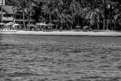 说谎在享受太阳的海滩 免版税库存照片