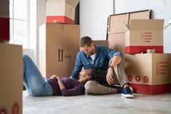 说谎在人膝部的妇女在搬家以后 免版税库存照片