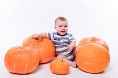 说谎在他的在白色背景的胃的逗人喜爱的婴孩包括p 库存图片