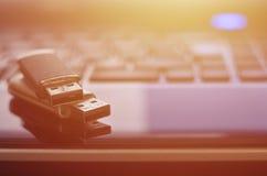 说谎在他的键盘前面的黑膝上型计算机盒的USB单词 与USB outpu的虚拟内存存贮 库存图片