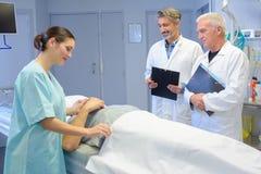 说谎在医院病床上的人 库存图片