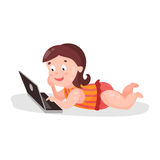 说谎在地板上和使用使用膝上型计算机五颜六色的字符例证的逗人喜爱的动画片小孩女孩 皇族释放例证