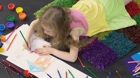 说谎在地板和画的逗人喜爱的图片上的幼儿在例证学校 影视素材