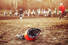 说谎在地面上的骑自行车的人盔甲 库存图片