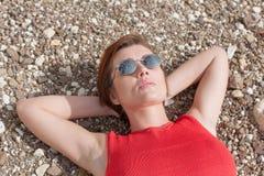 说谎在小卵石的妇女腰部画象 免版税库存照片