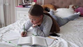 说谎在床上和做家庭作业的一点学校女孩 股票录像