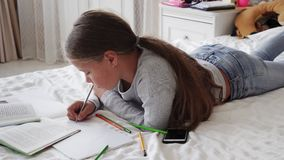 说谎在床上和做家庭作业的一点学校女孩 股票视频