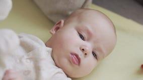 说谎在床上的微笑的小男婴看照相机 概念:孩子,孩子 股票视频