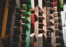 说谎在彼此顶部的五颜六色的木盘区 库存照片