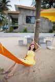 说谎在摇篮的妇女在海滩 库存照片