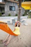 说谎在摇篮的妇女在海滩 库存图片