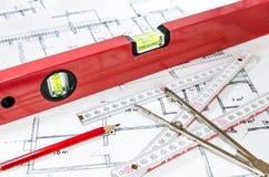 说谎在普通修造的计划的水平仪和其他测量设备 库存图片