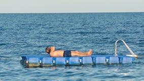 说谎在木筏的人在海洋 影视素材