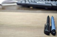 说谎在桌面上的文具项目 安置在家工作 E 库存照片