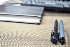 说谎在桌面上的文具项目 安置在家工作 E 库存图片