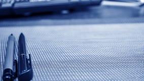 说谎在桌面上的文具项目 安置在家工作 E 免版税图库摄影