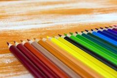 说谎在橙色委员会的许多色的铅笔 库存图片
