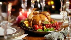 说谎在欢乐桌上的盘的鲜美被烘烤的鸡特写镜头4k录影  圣诞节装饰正餐新家庭想法 影视素材