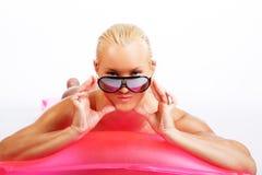 说谎在水matress的可爱的白肤金发的妇女 免版税库存图片