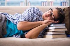 说谎在沙发的疲乏的学生 免版税库存图片