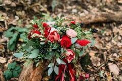 说谎在注册的不同的花美丽的婚礼花束公园 秋天婚礼 库存图片