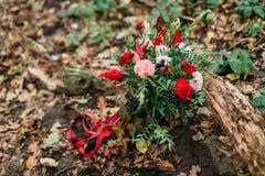 说谎在注册的不同的花美丽的婚礼花束公园 秋天婚礼 库存照片