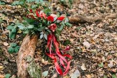 说谎在注册的不同的花美丽的婚礼花束公园 秋天婚礼 免版税库存图片