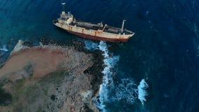 说谎在海滨附近的遭到海难的船鸟瞰图  股票录像