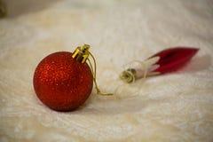 说谎在背景被弄脏的圣诞节玩具的米黄毯子的圣诞节玩具特写镜头 免版税库存图片