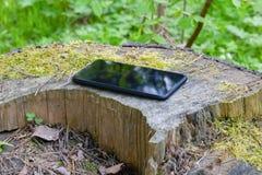 说谎在自然的智能手机 免版税库存照片