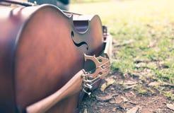说谎在草的大提琴 图库摄影