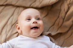 说谎在被编织的毯子的甜矮小的男婴 免版税图库摄影
