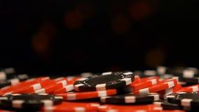 说谎在赌博娱乐场俱乐部,比赛,运气的机会战略的桌上的纸牌筹码  股票视频