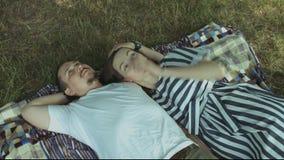 说谎在野餐毯子和放松的爱恋的夫妇 股票录像