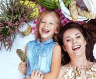 说谎在野餐毯子的母亲和女儿 库存照片