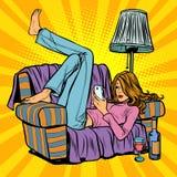 说谎在长沙发和读智能手机的妇女 库存例证