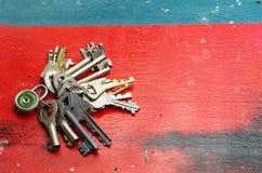 说谎在飞机,拷贝空间上的十五把不同钥匙和挂锁的组合 免版税图库摄影