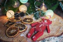 说谎在Christm前面的圆盘桦树木头的红色木熊 库存图片