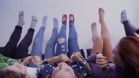 说谎的女孩颠倒移动他们的腿 影视素材