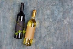 说谎的有机酒瓶平的位置有空的标签和绿色藤的 免版税库存图片