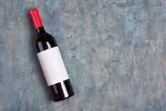 说谎的红酒酒瓶平的位置有白色空的标签和拷贝空间的 图库摄影
