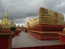 说谎的菩萨和Pha Luang stupa在万象,老挝 免版税库存图片