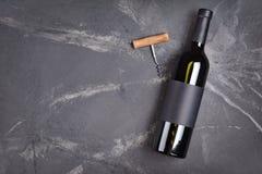 说谎的酒瓶平的位置有黑空的标签的品尝和拷贝空间的 库存图片