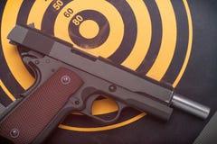 说谎被释放的手枪支持掷镖的圆靶目标 定调子 库存照片