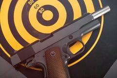 说谎被释放的手枪支持掷镖的圆靶目标 定调子 库存图片