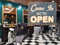 说`的企业葡萄酒标志进来我们关于开放`的`在理发师 库存图片